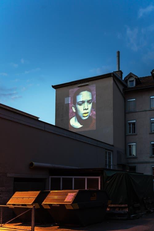 «Stadtprojektionen III»: Simone Kappeler. An der Fassade der Fensterfabrik an der Ulmenstrasse, von der Schönbrunnstrasse her gesehen. (Bild: Michel Canonica)