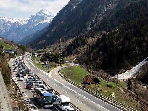 Verschneite Berge als Kulisse: Auf der A2 im Urnerland stauten sich die Fahrzeuge am Freitag auf bis zu 15 Kilometern. (Bild: KEYSTONE/Alexandra Wey)
