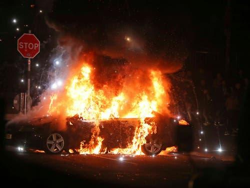 Unruhen an Ostern: In der Nacht auf Freitag zündeten Kriminelle auch Autos in der nordirischen Region Londonderry an. (Bild: KEYSTONE/AP PA/NIALL CARSON)