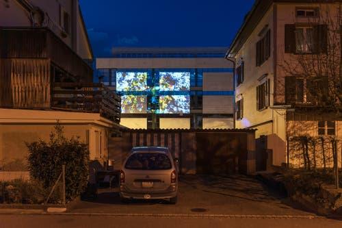 «Stadtprojektionen III»: Maya Rochat an der Zürcher Strasse, diesmal aber gesehen von der Badstrasse her. (Bild: Michel Canonica)