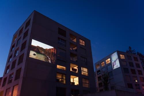 «Stadtprojektionen III»: Conradin Frei an der Gerbestrasse, und zwar parallel auf zwei Fassaden. (Bild: Michel Canonica)