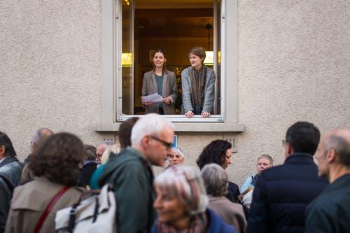 Die Initiantinnen Anna Vetsch (links) und Nina Keel eröffnen die «Stadtprojektionen III» vom Fenster des Restaurants Gampi aus. (Bild: Michel Canonica)