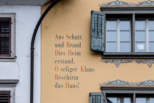 Nur noch die Inschrift am Haus beim Dorfplatz 12 erinnert an den Brand. Bild: Nadia Schärli (Sarnen, 14. März 2019).