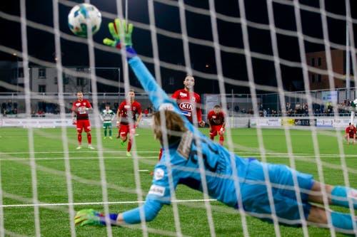 Goran Karanovic vom FC Aarau schiesst gegen Simon Enzler per Elfmeter das Tor zum 2:2. (Bild: Marc Schumacher / Freshfocus, Kriens, 2. April 2019)