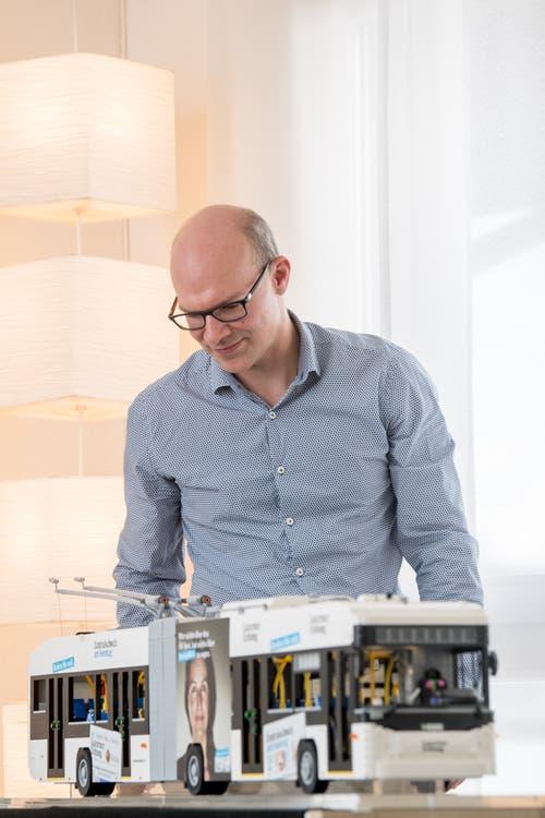 Jules Läubli aus Luzern ist eigentlich kein Lego Freak. Trotzdem baute er den VBL Bus mit der LZ Lackierung nach. (Bild: Nadia Schärli, Küssnacht, 7. März 2019)
