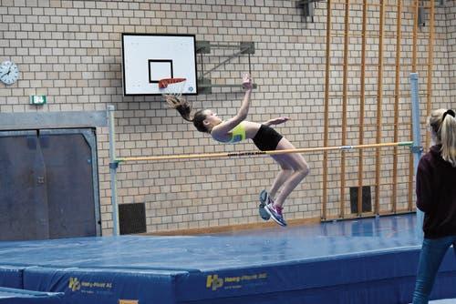 Luana Bertényi (STV Au) schraubte sich im Hochsprung auf 1,55 Meter hoch – und damit zum Tagessieg in der U14. (Bild: Bilder: pd)