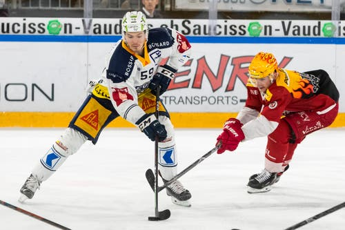 Zugs Dario Simion (links) gegen Lausanne-Topskorer Joel Vermin. (Bild: Pascal Müller / Freshfocus, Lausanne, 2. April 2019)