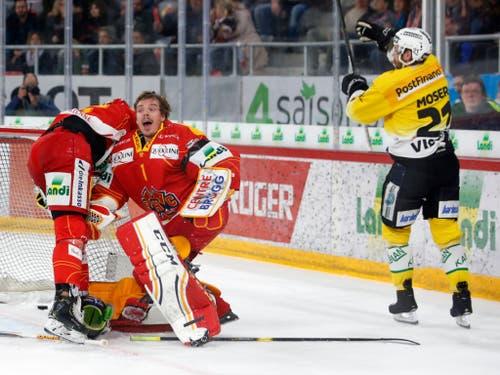Biels Goalie Jonas Hiller reklamiert vergebens nach dem ersten Tor der Berner durch Simon Moser (rechts) (Bild: KEYSTONE/PETER KLAUNZER)