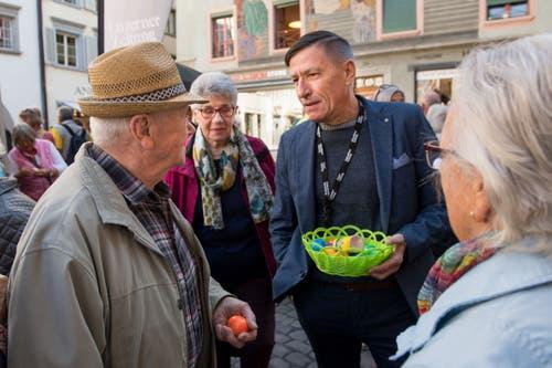 Sportliches aus erster Hand gab es bei René Leupi, Leiter des Sportjournals (mit Eierkörbchen in der Hand) zu erfahren. (Bild: Eveline Beerkircher, Luzern, 20. April 2019)