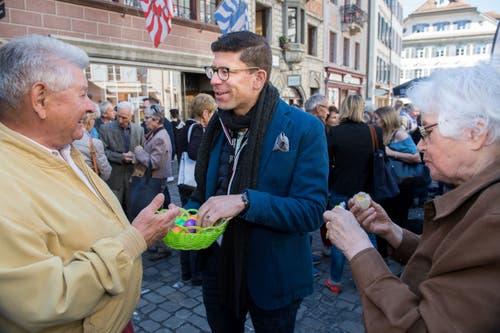 LZ-Eiertütschen ist, wenn Chefredaktor Jérôme Martinu ein Körbchen Eier statt einen Stapel Zeitungen hält. Hier ist er im Gespräch mit Seppi Bürgisser (links). (Bild: Eveline Beerkircher, Luzern, 20. April 2019)