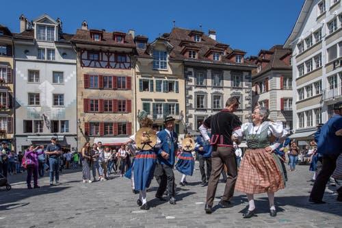 Gefreut haben wird der Auftritt der Trachtenvereinigung wohl auch die Touristen. (Bild: Pius Amrein, Luzern, 20. April 2019)