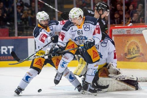 Raphael Diaz (links) und Sven Leuenberger (Mitte) zeigen im letzten Drittel vollen Einsatz. (Bild: KEYSTONE/Marcel Bieri)