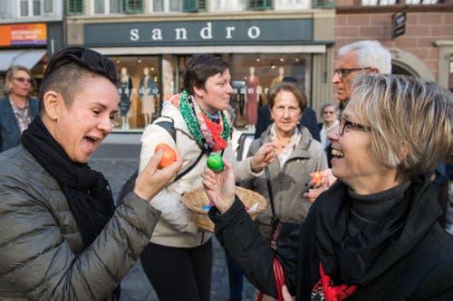 Wer hat gewonnen? Eli Flory (links) und Sofie Meier beim Eiertütschen. (Bild: Eveline Beerkircher, Luzern, 20. April 2019)