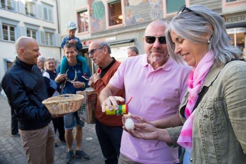 Thomas und Sabine Sidler geniessen ein Ei. Wer das Tütschen gewonnen hat ist nicht überliefert. (Bild: Eveline Beerkircher, Luzern, 20. April 2019)