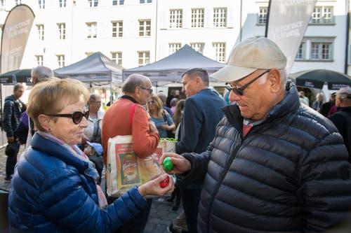 So geht Eiertütschen: Fridolin und Margrith Bühler auf dem Weinmarkt in Luzern. (Bild: Eveline Beerkircher, Luzern, 20. April 2019)