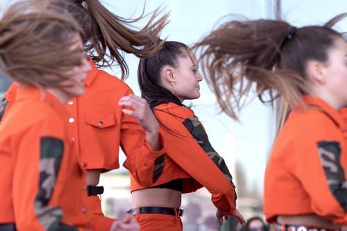 Und auch bei diesen Tänzerinnen fliegen die Haare. (Bild: Pius Amrein, Luzern, 20. April 2019)