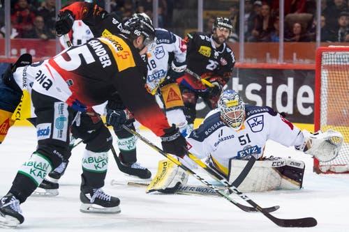 Zugs Goalie Tobias Stephan verteidigt sein Tor. (Bild: KEYSTONE/Marcel Bieri)