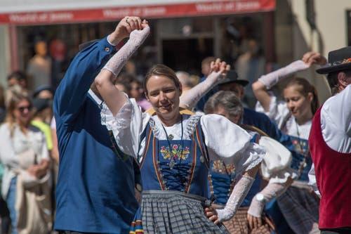 Auch die Luzerner Trachtenvereinigung zeigte auf dem Kornmarktplatz ihre Tänze. (Bild: Pius Amrein, Luzern, 20. April 2019)