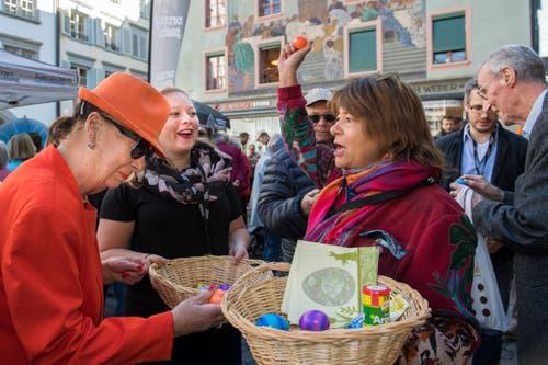 «Hier ist die Ware!»: Anita Schürmann (links) begutachtet die Eier, während Redaktorin Sandra Monika Ziegler gekonnt als Marktfrau agiert. (Bild: Eveline Beerkircher, Luzern, 20. April 2019)