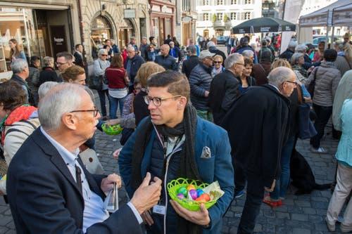 Zeit für ein ernstes Gespräch - auch mit Chefredaktor Jérôme Martinu (mit Körbchen) - gab es auf jeden Fall. Bild: Eveline Beerkircher, Luzern, 20. April 2019)