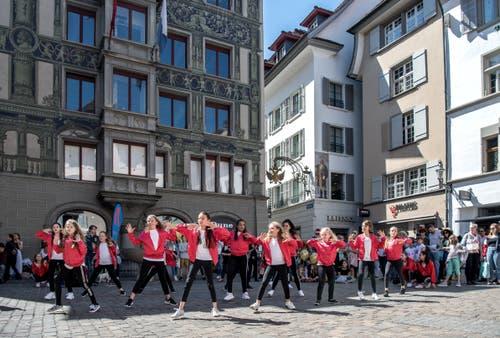 Die Mädchen zeigten ihr Können vor dem Publikum in der Luzerner Altstadt. (Bild: Pius Amrein, Luzern, 20. April 2019)