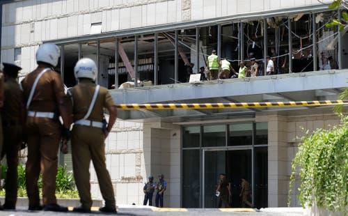 Eine Explosion ereignete sich auch im Hotel Shangri-la. Polizisten und Forensiker sichern nach dem Attentat Spuren. (Bild: Keystone)
