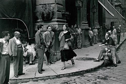 «American Girl in Italy»: Ruth Orkin fotografiert 1951 in den Strassen von Florenz eine Freundin.