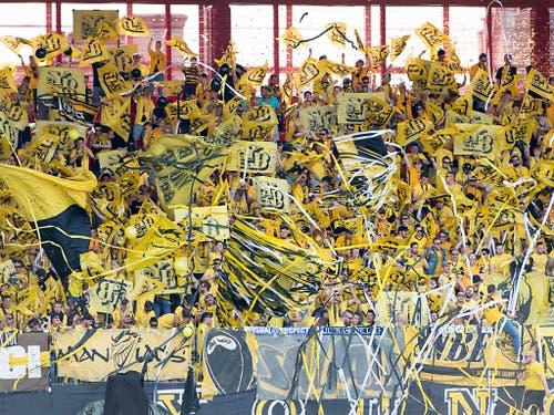 Die zahlreichen YB-Fans sorgten dafür, dass die Partie in der Maladière praktisch ausverkauft war (Bild: Keystone/LAURENT GILLIERON)