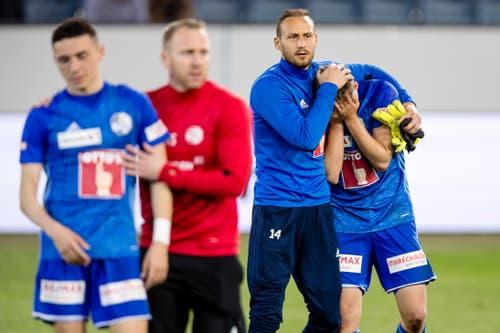 Luzerns Mirko Salvi (2. von rechts) tröstet Idriz Voca nach verlorenen Spiel. (Bild: Philipp Schmidli, Luzern, 23. April 2019)