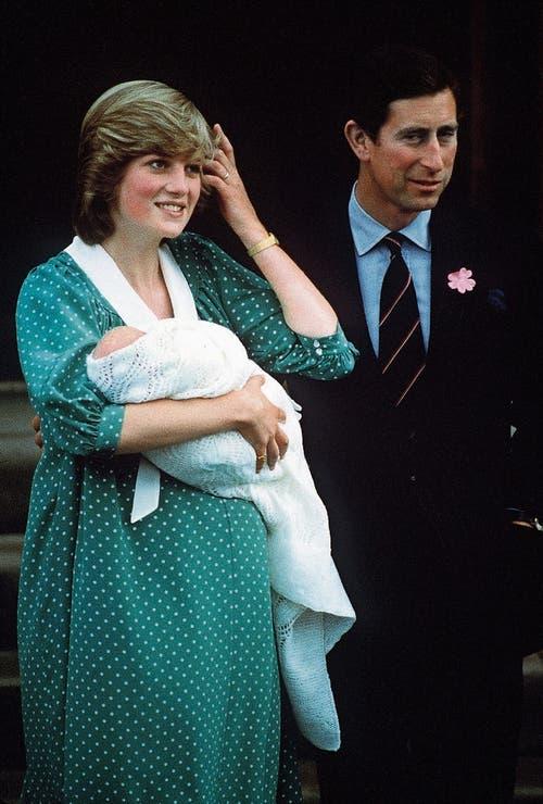 Diana und Charles mit ihrem erstgeborenen Sohn vor dem St.Mary's Hospital. (Bild: Jon Hoffman/Getty (22. Juni 1982))