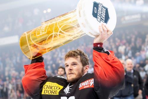Bern-Torhüter Leonardo Genoni mit dem Pokal. (Bild: Marcel Bieri / Keystone)