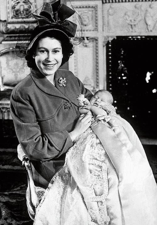 Queen Elizabeth noch als Prinzessin mit ihrem Sohn Charles, kurz nach dessen Geburt 1948. (Bild: Getty)