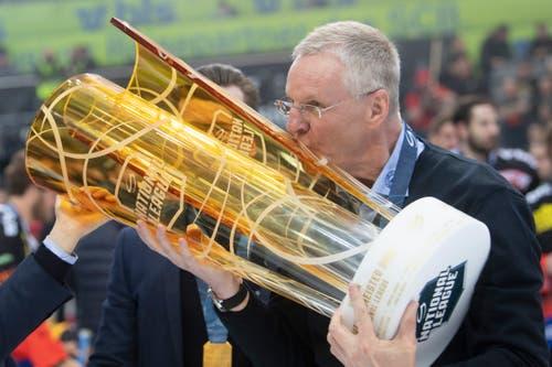SCB-Trainer Kari Jalonen mit dem Pokal. (Bild: Marcel Bieri / Keystone)