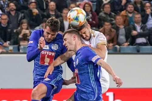 Kopfball zwischen dem Thuner Grégory Karlen (rechts) und den beiden FCL-Spielern Silvan Sidler und Pascal Schürpf. (Bild: Claudio Thoma / Freshfocus)