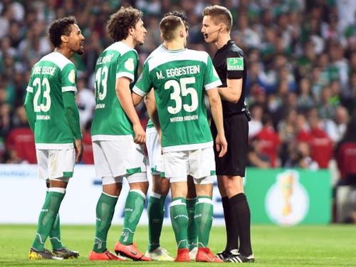 Die Bremer beschweren sich - vehement und wohl zu Recht - nach dem Penaltyentscheid bei Schiedsrichter Daniel Siebert (Bild: KEYSTONE/EPA/DAVID HECKER)