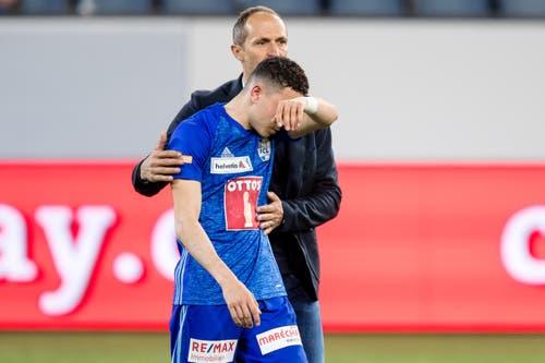 Luzern-Trainer Thomas Häberli tröstet Ruben Vargas. (Bild: Philipp Schmidli)