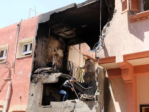 Ein von Granatbeschuss beschädigtes Haus im Stadtteil Abu Salim von Tripolis. (Bild vom 17. April) (Bild: KEYSTONE/EPA/STRINGER)