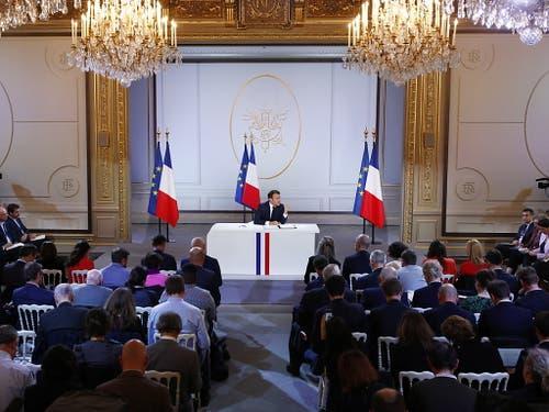 Vier Wochen vor der Europawahl hat Frankreichs Staatschef Emmanuel Macron den Franzosen neue milliardenschwere Zugeständnisse in Aussicht gestellt. (Bild: KEYSTONE/EPA/IAN LANGSDON)
