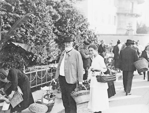 Der Luzerner Ehrenbürger Carl Spitteler am Markt mit Griti Sachs im Jahr 1922. (Bild: Nachlass Carl Spitteler, Schweizerisches Literaturarchiv, Bern)