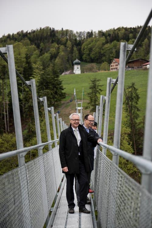 Die Regierungsräte Dölf Biasotto (AR) und Marc Mächler (SG) gehören zu den ersten, die über die Brücke schreiten.