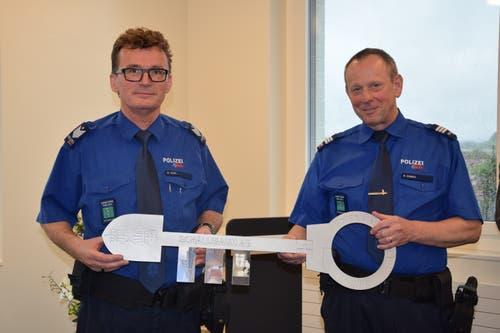 Stationschef Basil Jung (links) und Kapo-Kommandant Bruno Zanga bei der symbolischen Schlüsselübergabe.