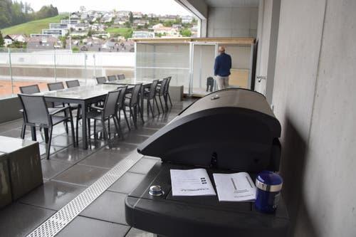Zusätzlich haben die Beamten eine grosse Terasse auf dem Dach – samt Grillstelle.
