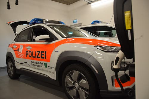 In der geräumigen Garage werden die neuen Elektrofahrzeuge mit Strom gespiesen.