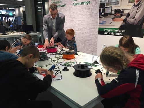 Keine Angst vor Technik: Buben und Mädchen können an der BEA spielerisch Technik und Naturwissenschaften erkunden. (Bild: Therese Hänni)