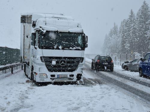 In Nufenen war ein italienischer Autofahrer mit Sommerreifen unterwegs. Er geriet auf die Gegenfahrbahn und kollidierte mit einem Sattelschlepper. (Bild: Kapo Graubünden)