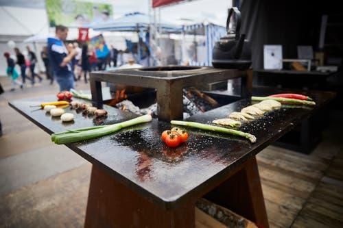 Heisses Gemüse brutzelt auf dem Grilltisch. (Bild: Jakob Ineichen, Luzern, 27. April 2019)