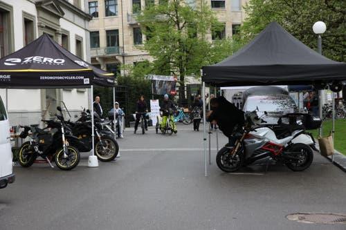 Ein Teil des Zweirad-Bereichs des Thementags «Elektromobilität» am Samstag an der Kantonsschule am Burggraben. (Bilder: Reto Voneschen - 27. April 2019)
