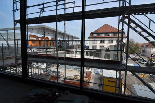 1. Obergeschoss. Blick aus dem Fenster beim Aufzugsbereich auf den Platz hinunter.