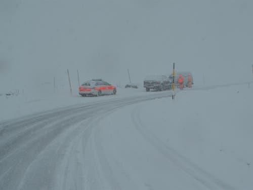 Auf der schneebedeckten Julierstrasse in Bivio geriet ein Autofahrer in einer Rechtskurve auf die Gegenfahrbahn und kollidierte dort mit einem talwärts fahrenden Lieferwagen.