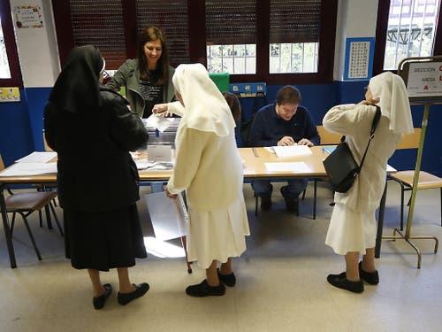 Nonnen in einem Madrider Wahlbüro. (Bild: KEYSTONE/EPA EFE/JAVIER LIZON)